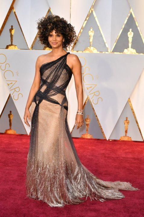 Halle Berry Oscar's 2017 Curly Hair - photo by Jeff Kravitz via Getty Images